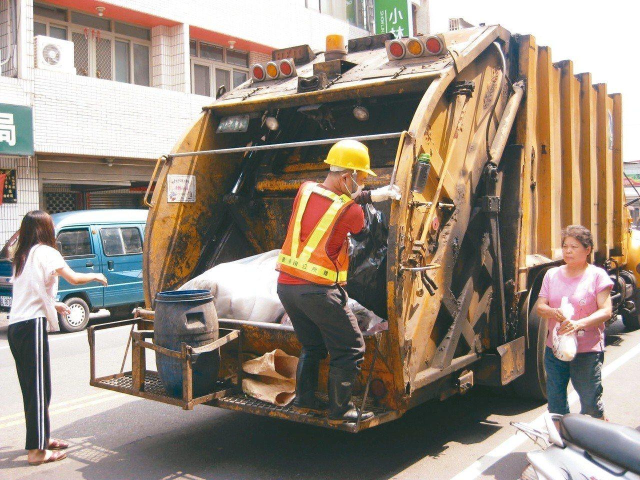 環保工會聯合會理事長蘇家源指出,清潔隊員被迫站在垃圾車後方。 圖╱聯合報系資料照...