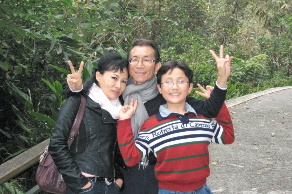 圖左為護理師譚敦慈、中為林杰樑、右為其子 圖/譚敦慈提供