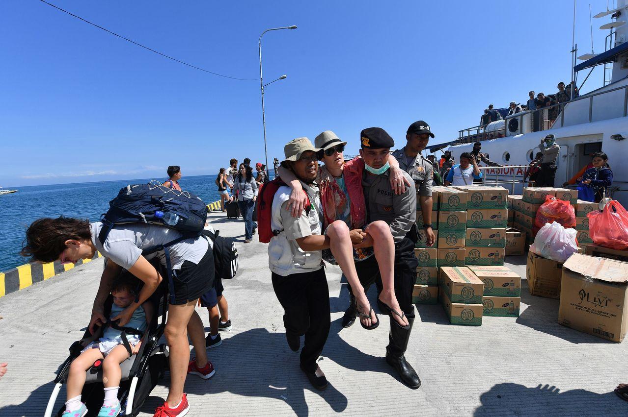 印尼度假勝地龍目島和峇里島5日晚間7時46分遭到規模7強震襲擊,造城多處建築物倒...