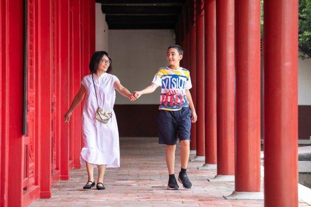 知名圖文作家徐玫怡(左)多年前帶著兒子小福(右)從法國回台,母子感情很好,擁抱牽...