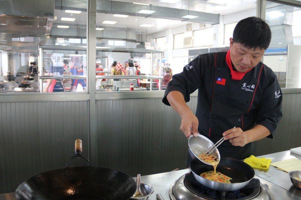 弘光科大邀請素食餐廳廚藝總監施建瑋教導素食月子餐 弘光科大/提供。
