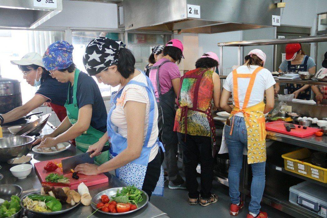 弘光開設素食到宅坐月子培訓班,吸引30人參加 弘光科大/提供。