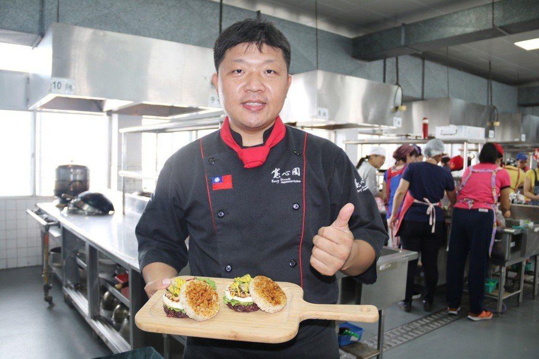素食餐廳廚藝總監施建瑋製作雙色米漢堡 弘光科大/提供。