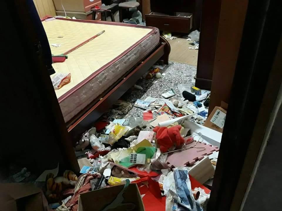 家中的髒亂像是垃圾場,連走路的空間都沒有,床底下全部都是垃圾。圖擷自爆怨公社