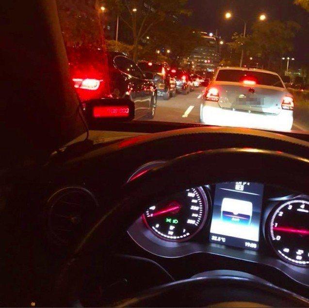 網友抱怨從大直到內湖只要十分鐘路程的距離,開車開了一個小時卻還卡在路上。 圖/擷...