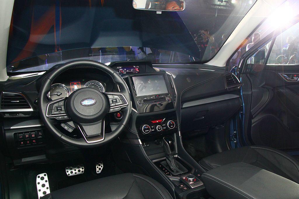 中控台上醒目的8吋觸控智慧影音系統支援時下最受歡迎的應用程式,讓駕駛者能夠隨時與...