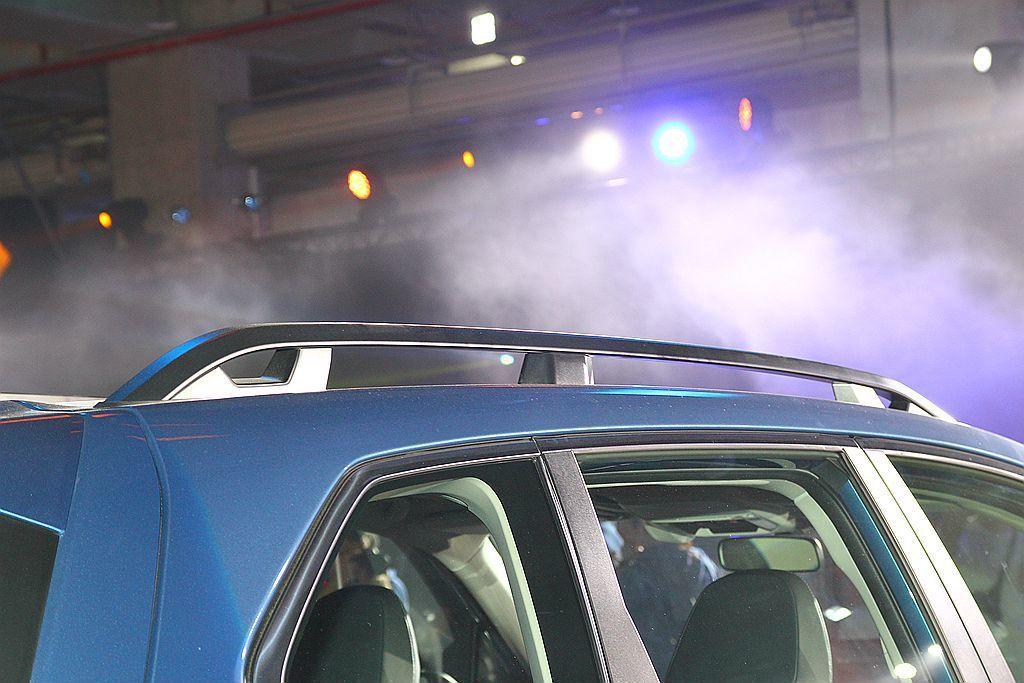 2.0i-S等級以上的車款更在行李架增添利於繩索固定的孔洞設計。 記者張振群/攝...