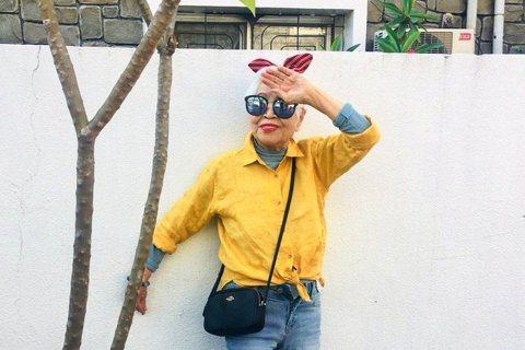 「聖母家屋」100歲的玉華奶奶扮成「時尚老人」,戴墨鏡、髮帶拍攝一系列吸睛照。圖...