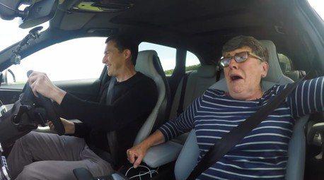 (影音) 帶著已經70歲的媽媽 一起開Audi RS4狂飆吧!