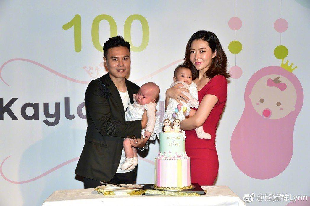 熊黛林與郭可頌抱著雙胞胎女兒。圖/擷自微博