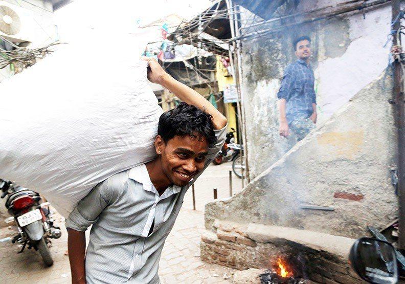 即便生活煎熬,達拉維居民仍奮發向上。圖/遠見提供