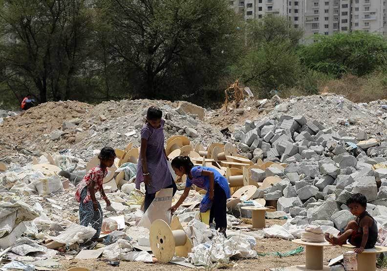 在貧民窟長大的蕊瑟得(右),和媽媽蝸居在不到三坪的小屋中。她有一個美國留學夢,希...