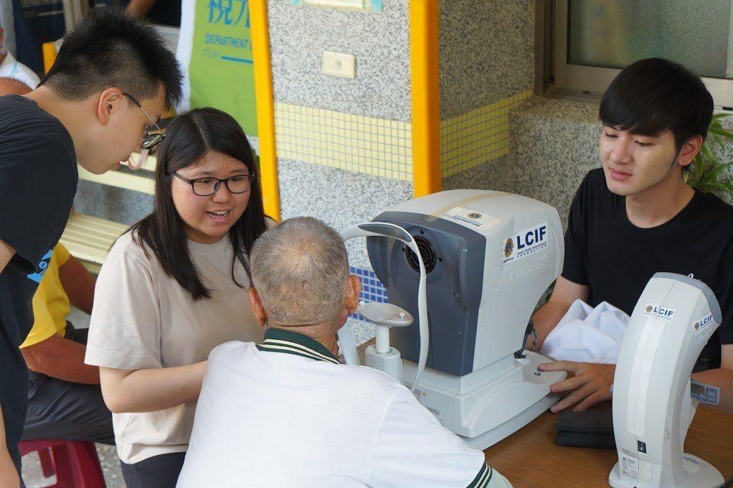 中臺科大視光系同學為長者做視力檢測。 中臺科大/提供