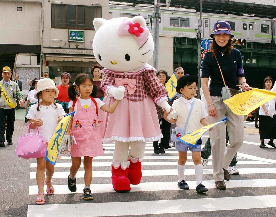 日本政府仍然維持行人優先的制度,希望能以各種方式,保護行人的安全。 圖/法新社
