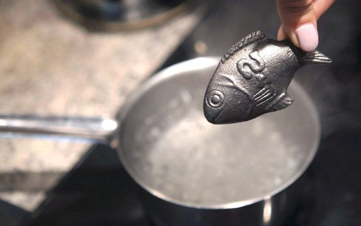 柬埔寨婦女相信,鐵魚能帶給她們幸運。圖/幸運小鐵魚