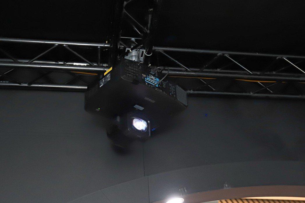Epson X Mercedes AMG超跑幻影秀中,Epson以堅強的投影機實...