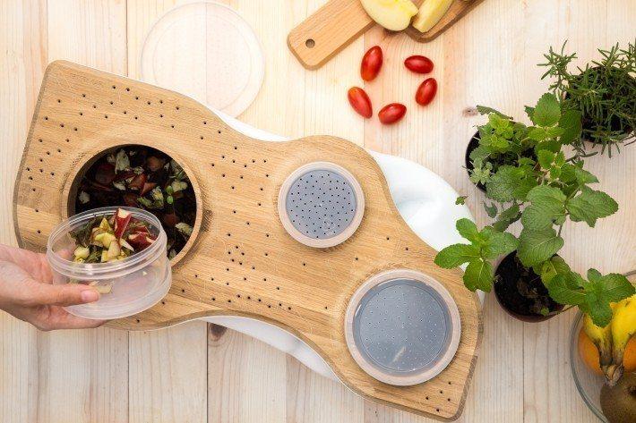 將廚餘倒進 Biovessel之中,可藉由紅蚯蚓的自然消化過程,將剩食變為有機堆...