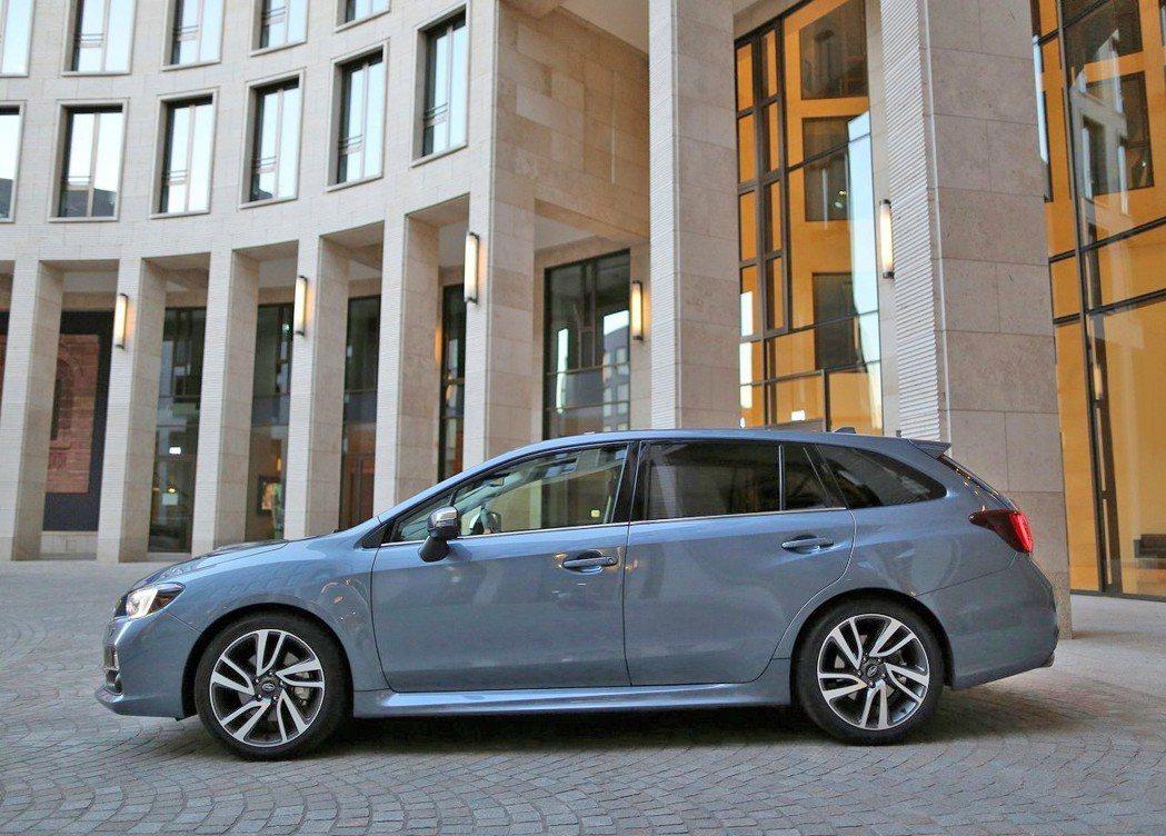 Subaru Levorg則是走一貫野性陽剛的風格,軸距跟車長相對較短。 摘自S...