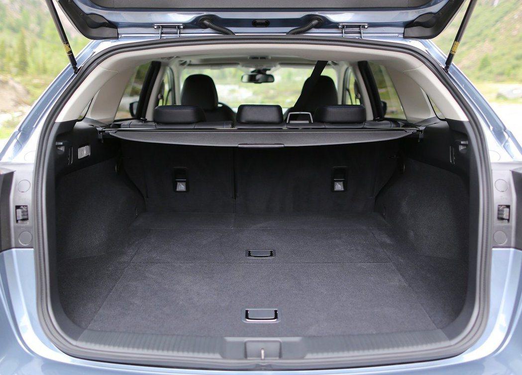 Subaru Levorg的後車箱容積居然和較長的Mazda6 Wagon相同。...