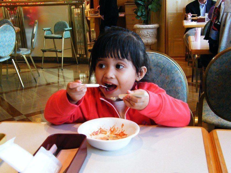 若孩子在飲食時使用「對的盤子」例如有蔬菜或水果圖片的餐盤,可提高他們吃蔬果的意願...
