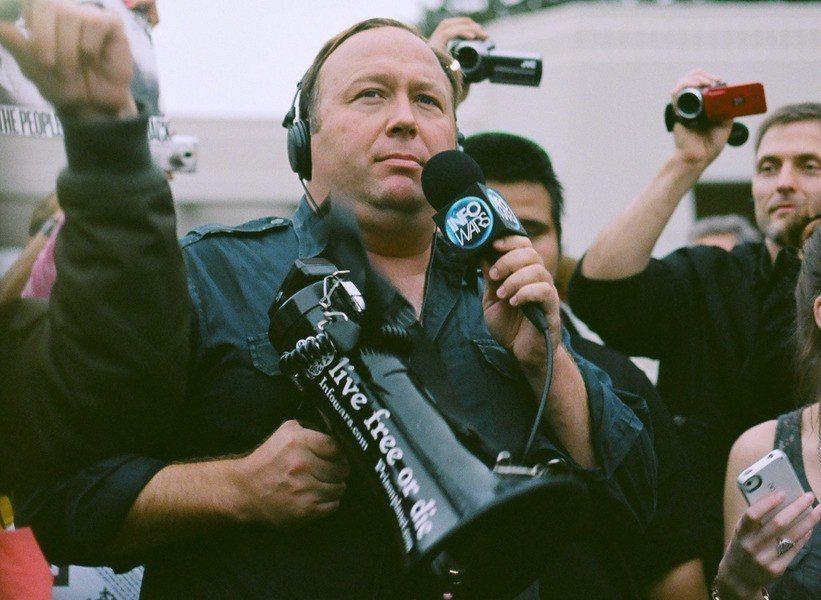 爭議網站「資訊戰」創辦人艾力克斯.瓊斯被評為「長滿肉瘤的八頭怪」。(photo ...