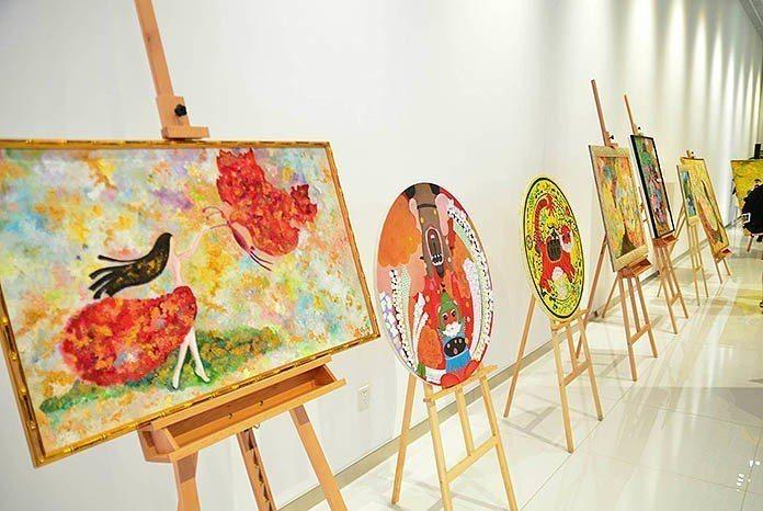 張瑞竹將女人、蝙蝠和貓作為畫油畫作主題。 王金文、石雨鑫