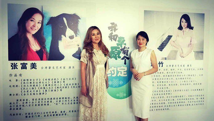 張富美(左)和張瑞竹(右)聯合開辦「我和草原有個約定」畫展。 王金文、石雨鑫