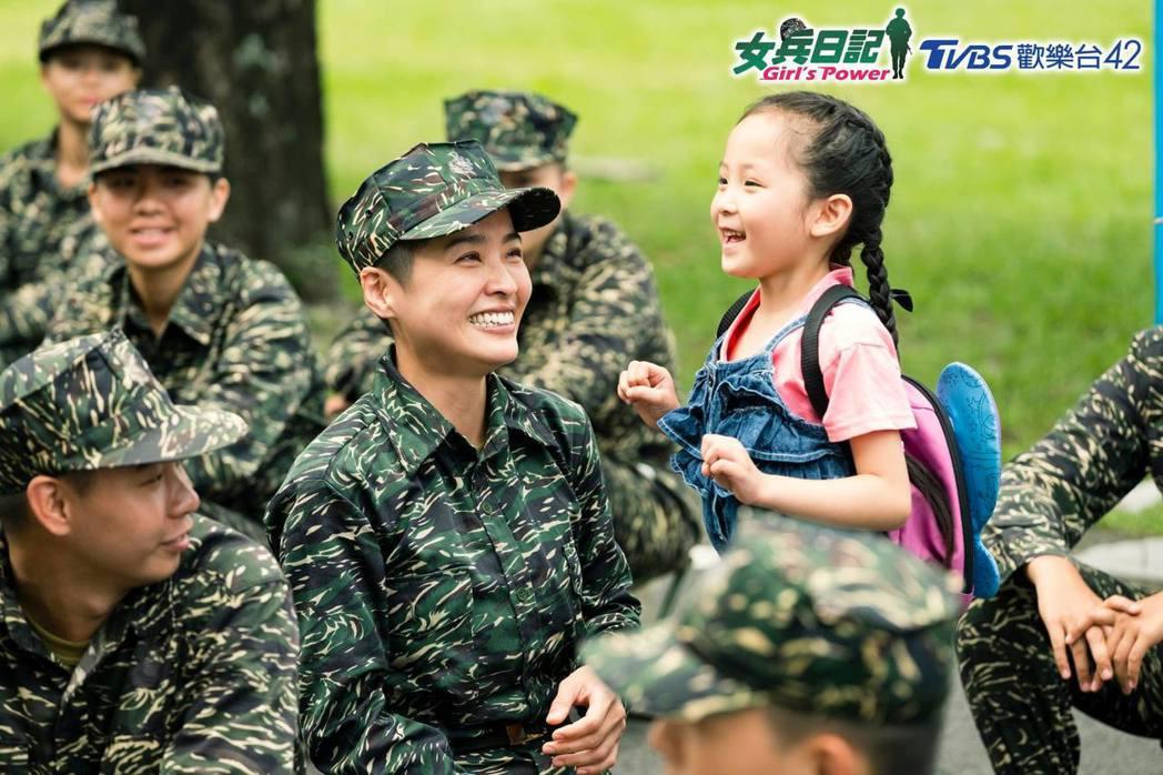 小嫻劇中為照顧女兒決定當兵。圖/摘自臉書