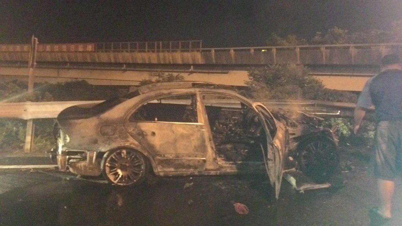 國道鼎金系統左營匝道今凌晨發生火燒車意外。記者黃宣翰/攝影