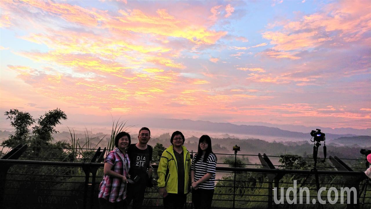 台南左鎮二寮日出雲海之美,令遊客驚艷。記者吳淑玲/攝影