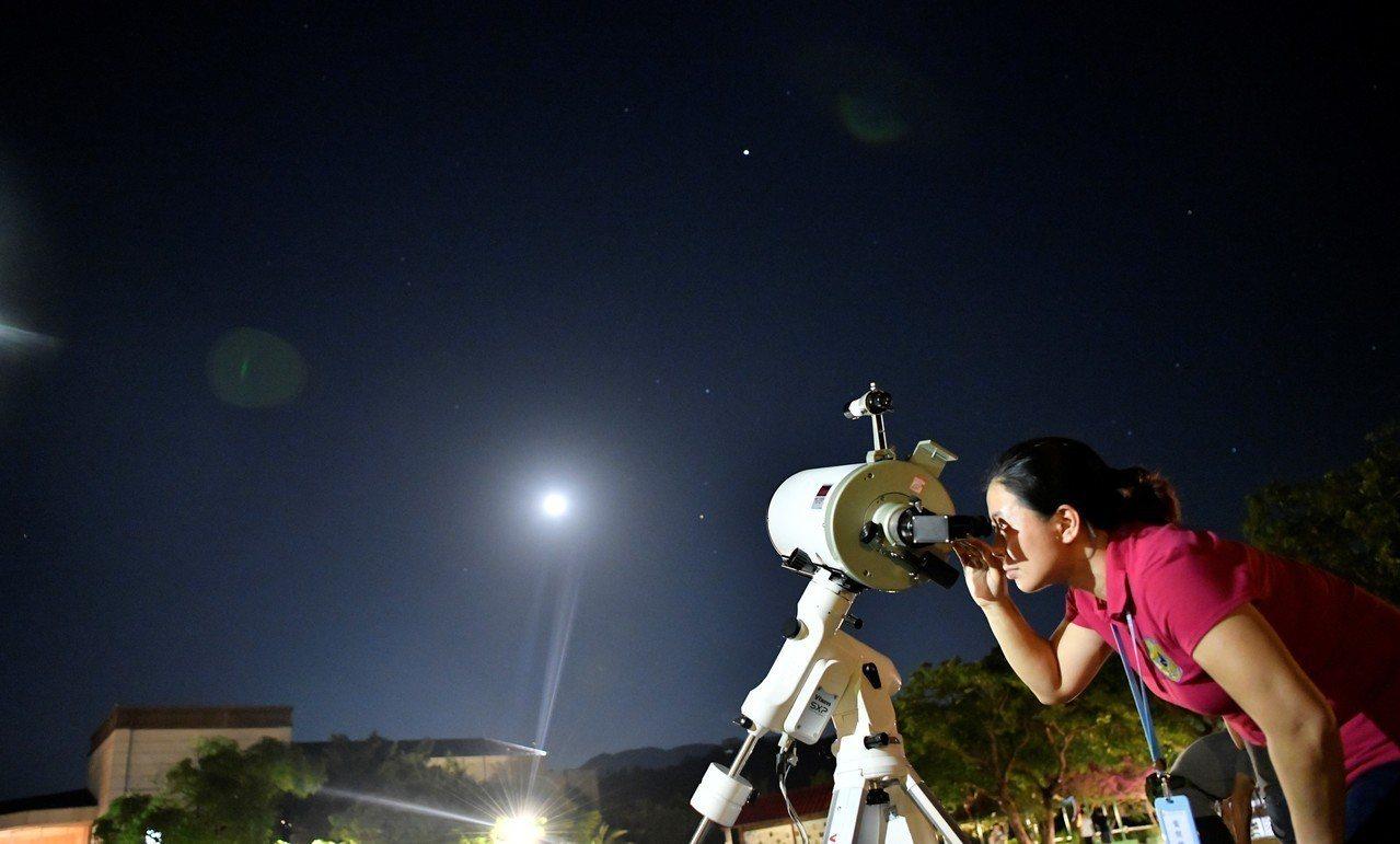 遊客在屏東恆春半島滿州鄉聚集守候觀星。圖/小墾丁渡假村提供