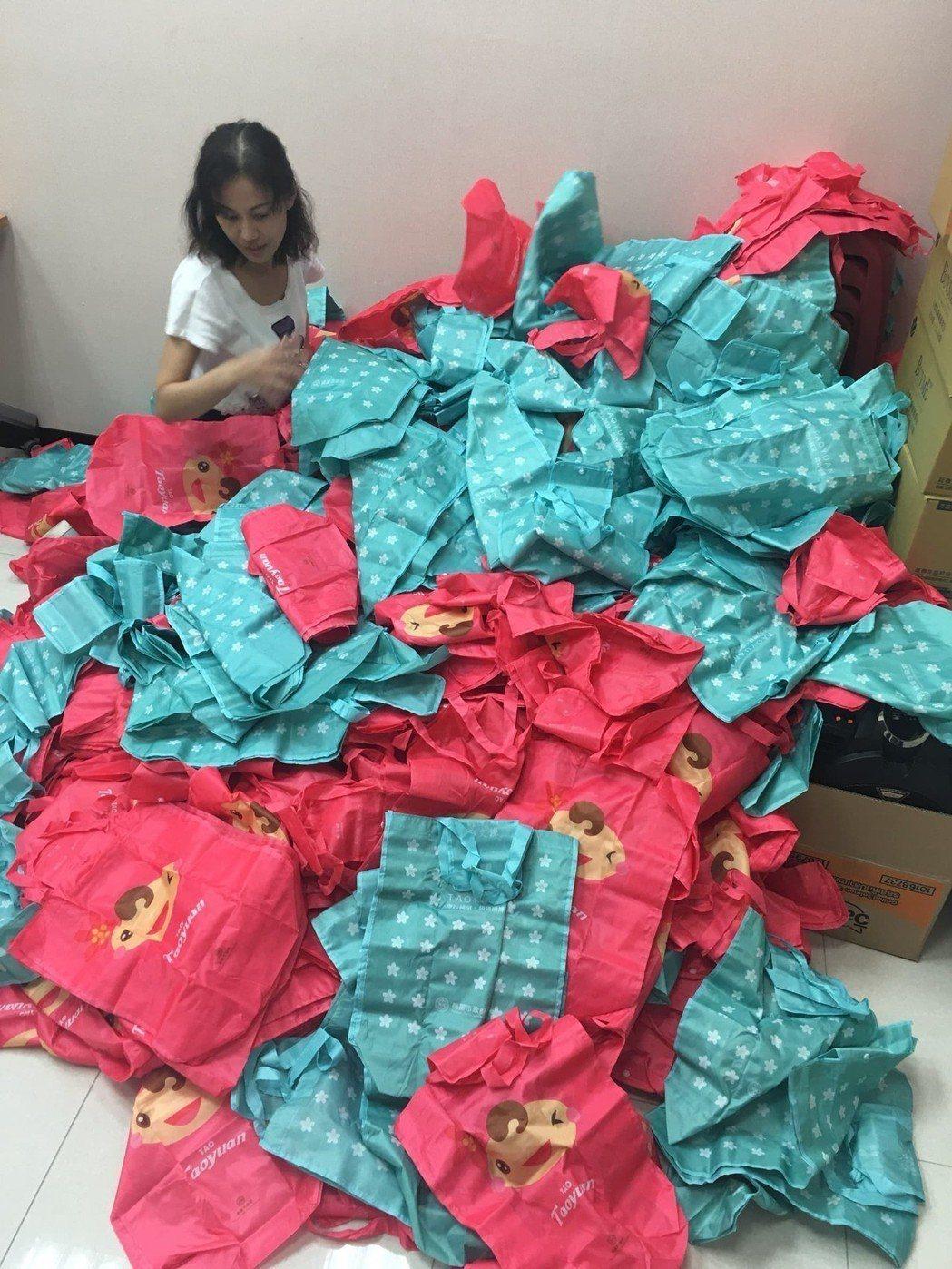 桃園市政府利用680萬元空汙基金製作40萬份環保購物袋,日前送往各議員服務處請議...