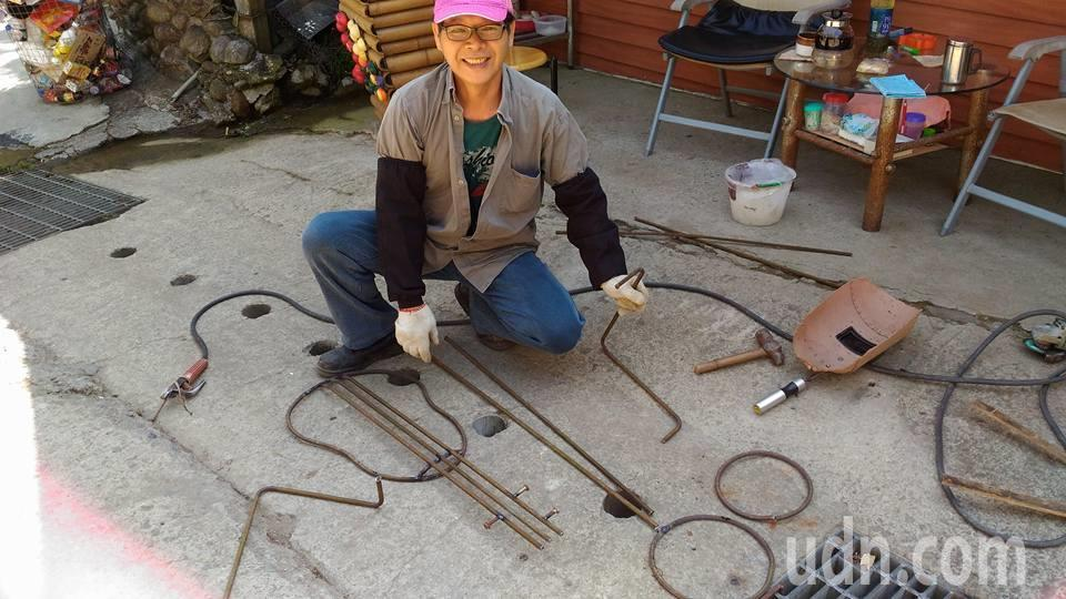 謝照基以前從事鐵工工作約30年,2年前退休後,看見路邊堆置許多散落的鐵製材料,燃...