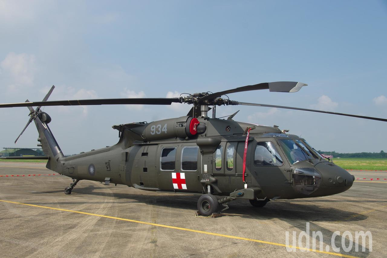 空軍海鷗救護隊接收的UH-60M黑鷹直升機,機身除了紅十字圖案外,維持陸航的墨綠...