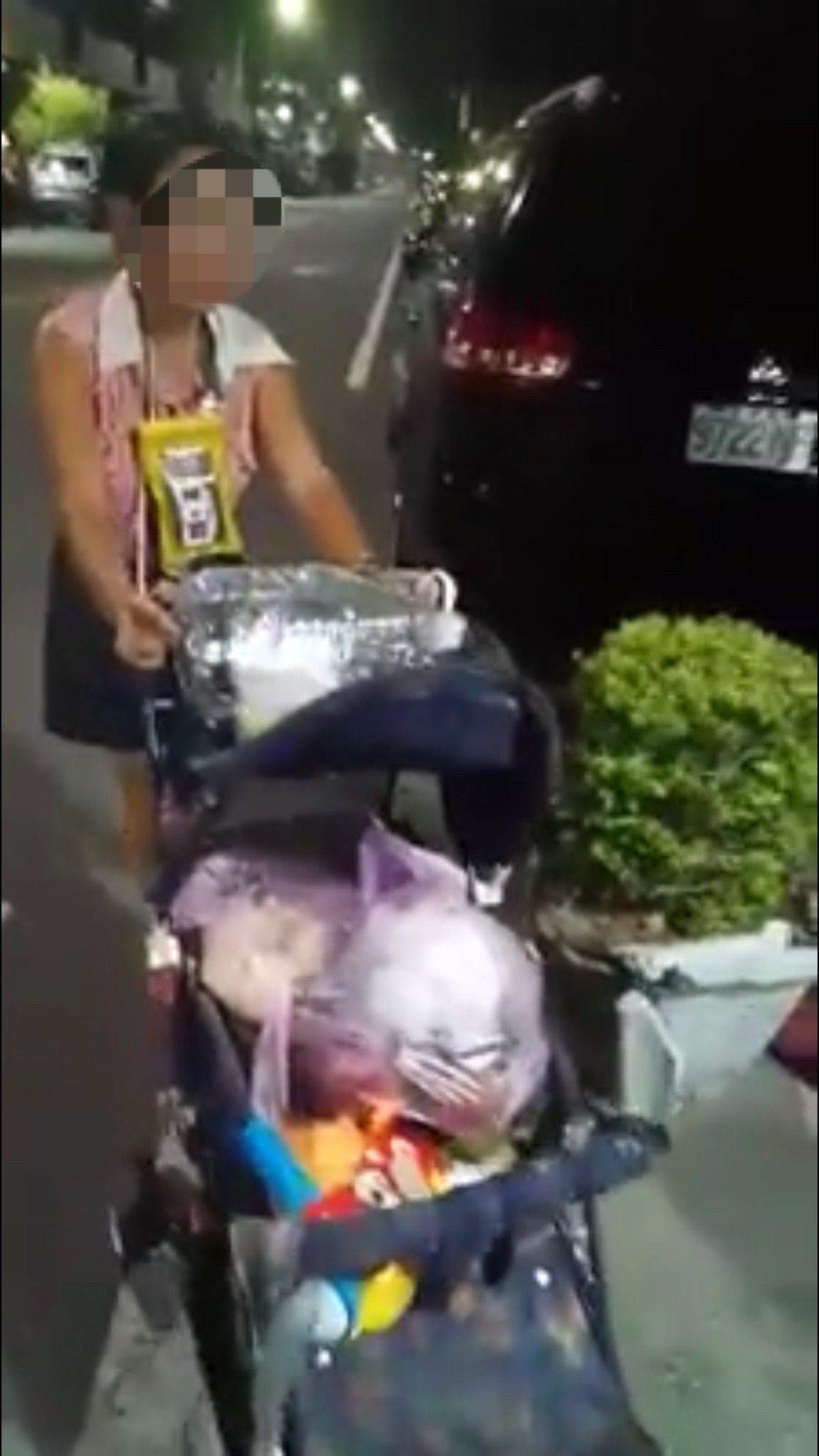 彰化市一名婦人疑似撿垃圾桶爛掉的水果、廚餘給2、3歲的孩子吃,被民眾發現po網,...