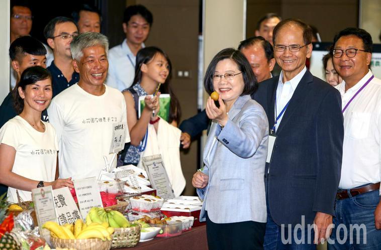 蔡英文總統出席「2018有機農業論壇」,向媒體展示台灣有機農產。記者陳柏亨/攝影