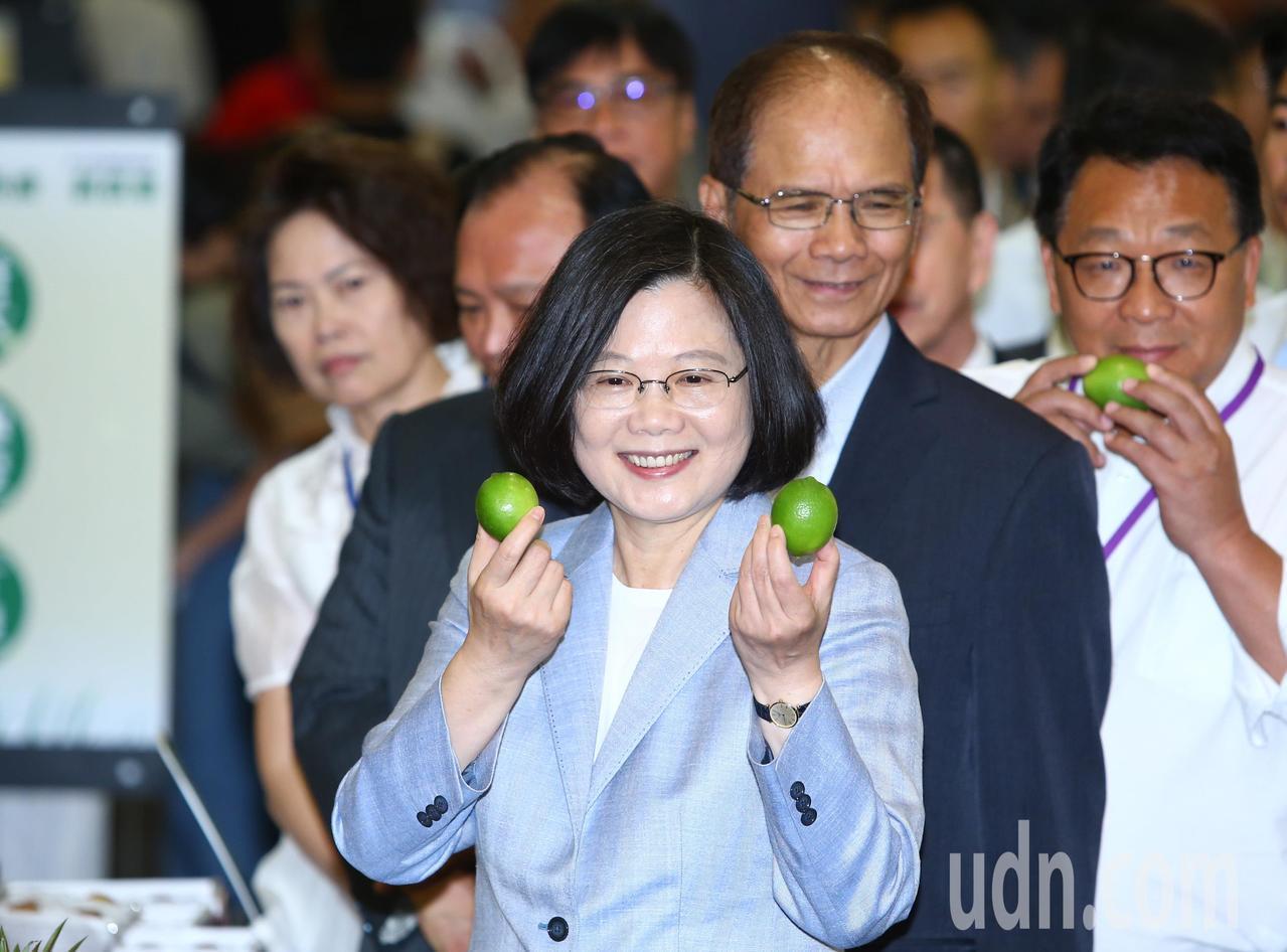蔡英文總統上午出席「2018有機農業論壇」,向媒體展示台灣有機農產。記者陳柏亨/...