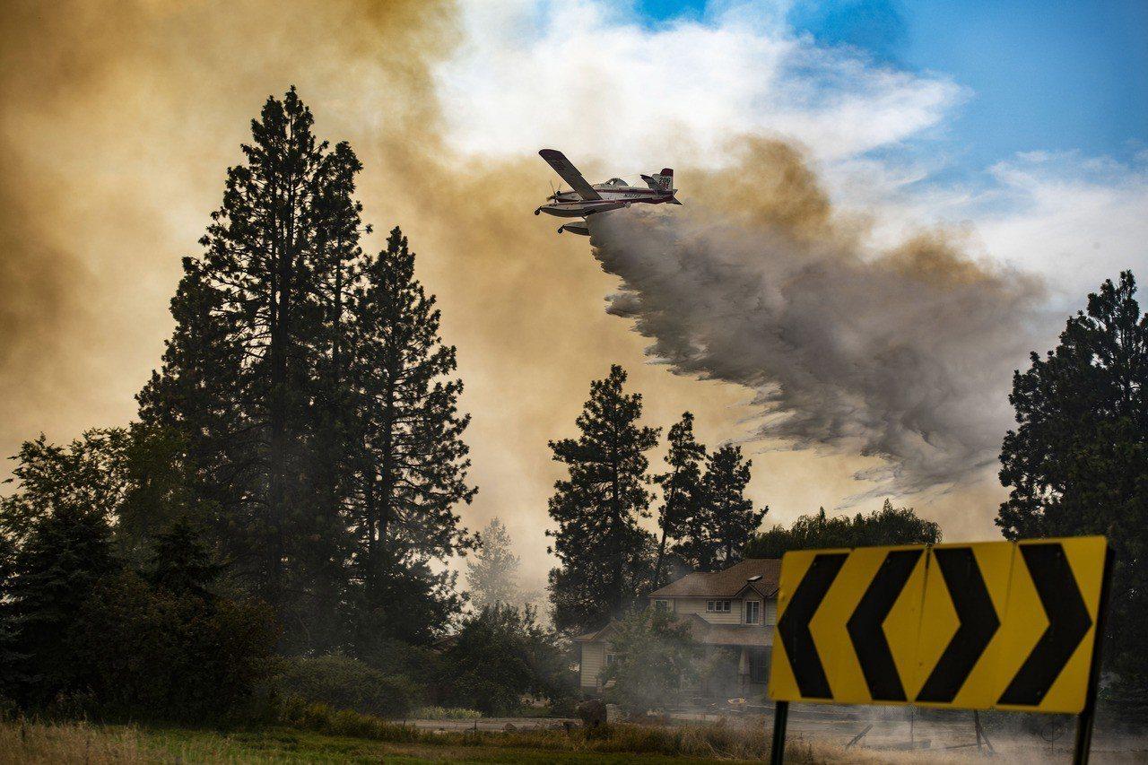 科學家警告,單靠減碳無法阻止地球變成「溫室」。圖為美國華盛頓州的森林野火。美聯社