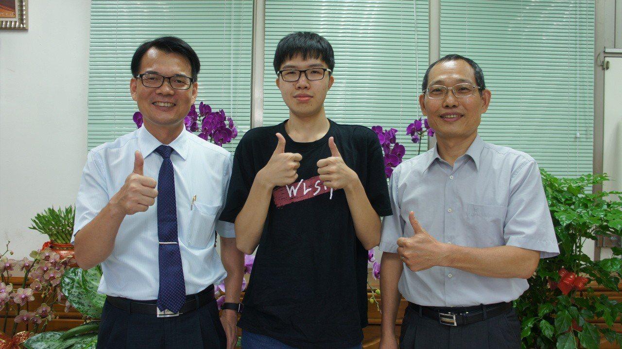 武陵高中學生陳丕全(中),是桃竹苗二、三類榜首,考取台大電機系。記者李京昇/攝影