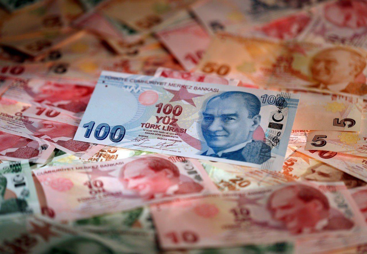 美國檢討對土耳其的免稅措施,消息傳出後土耳其里拉貶至歷史新低。 路透
