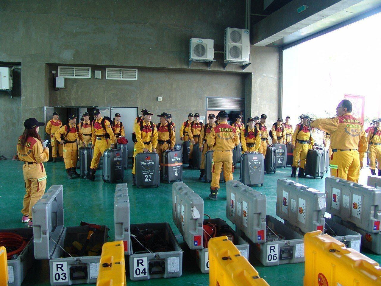印尼強震,內政部今天表示,已指示消防署特種搜救隊及各地方政府消防局做好隨時前往救...