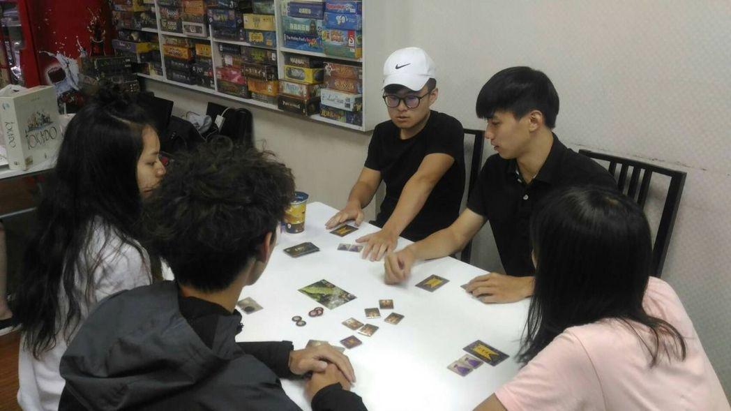 華梵哲學系自創哲學桌遊,巡迴全台高中推廣課程,受到高中師生喜歡。圖/華梵大學提供