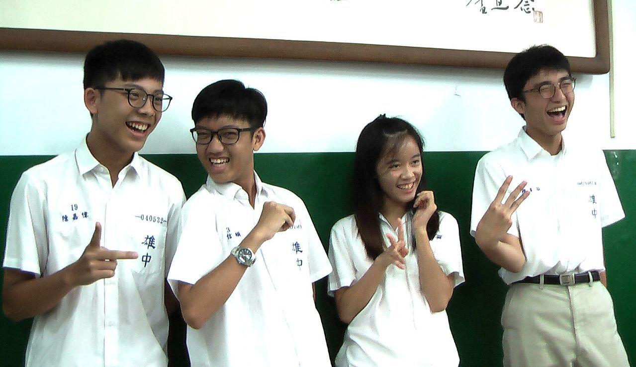 雄中學生陳嘉偉、周信頤、黃郁婷與顏睿谷指考都有單科滿分。記者徐如宜/攝影