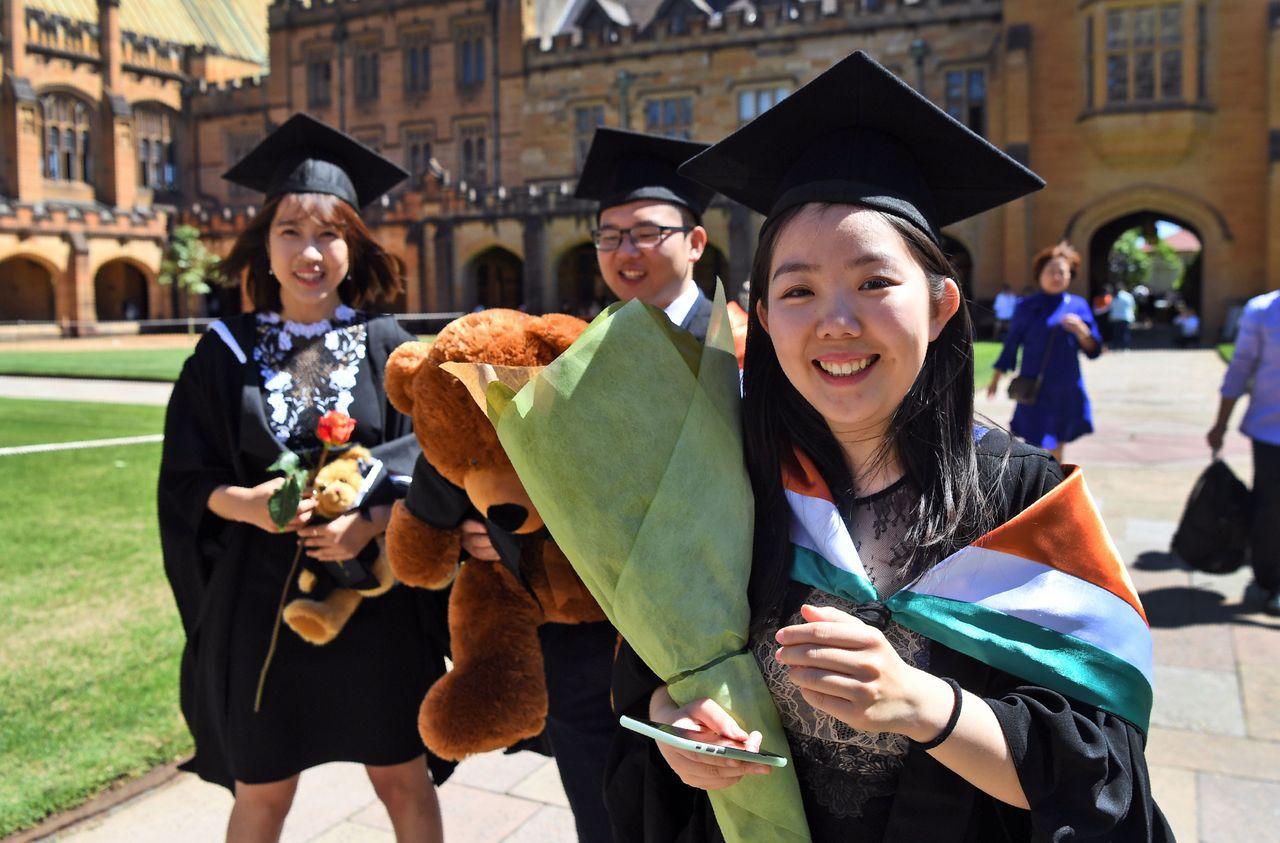澳洲統計局預估澳洲人口7日晚間將突破2500萬。新居民很可能是年輕的華裔女學生或...