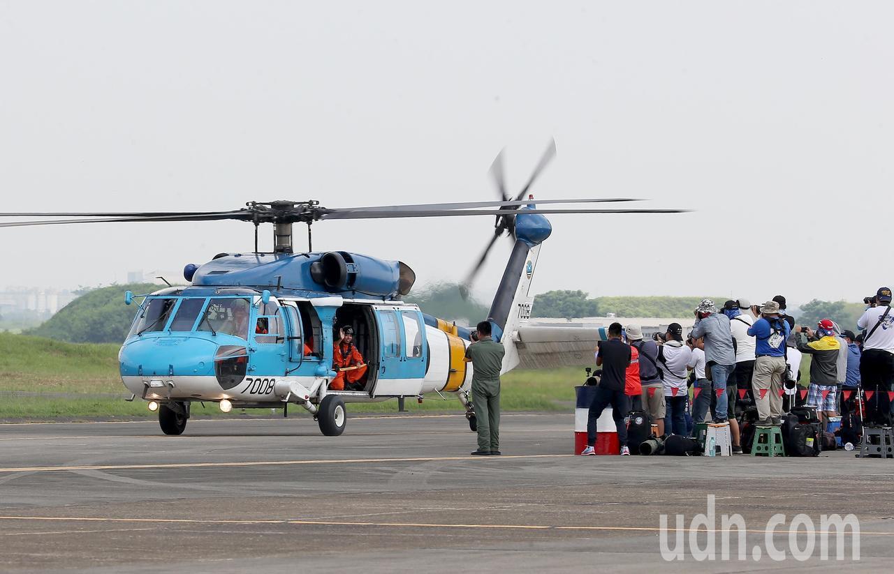 由於空軍救護隊的S-70C直升機已經屆齡,明年預估將由UH-60M黑鷹直升機全面...