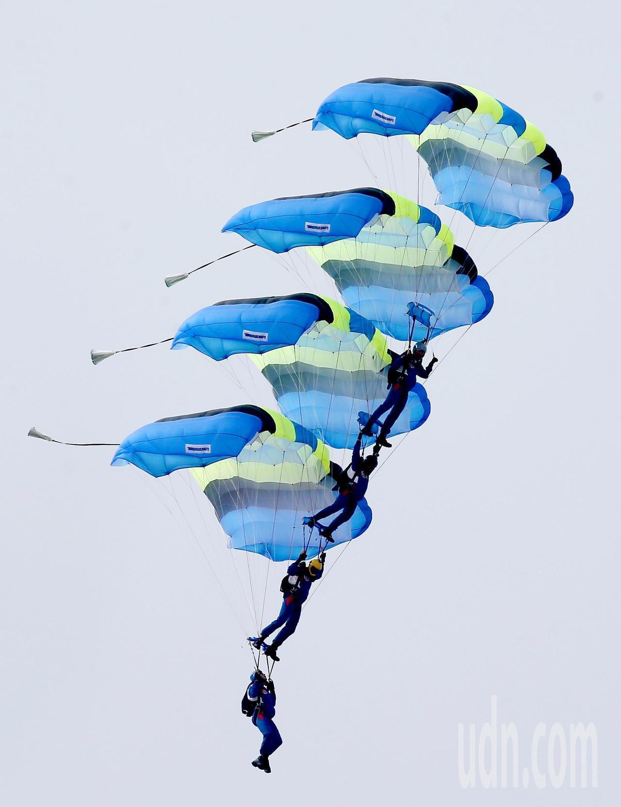 神龍小組展現四人相疊的高難度跳傘表演。記者余承翰/攝影