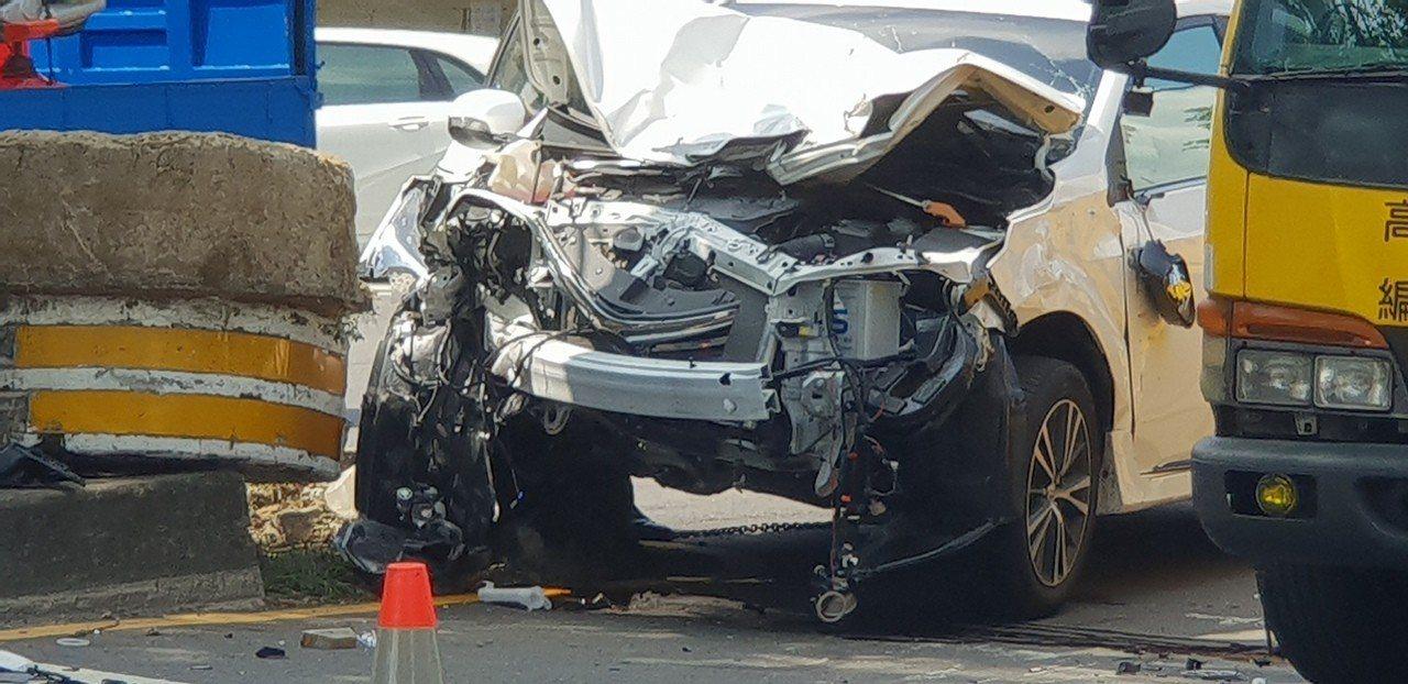 台中市今天發生車禍,轎車自撞安全島再撞對向車,車身嚴重毀損。記者游振昇/攝影