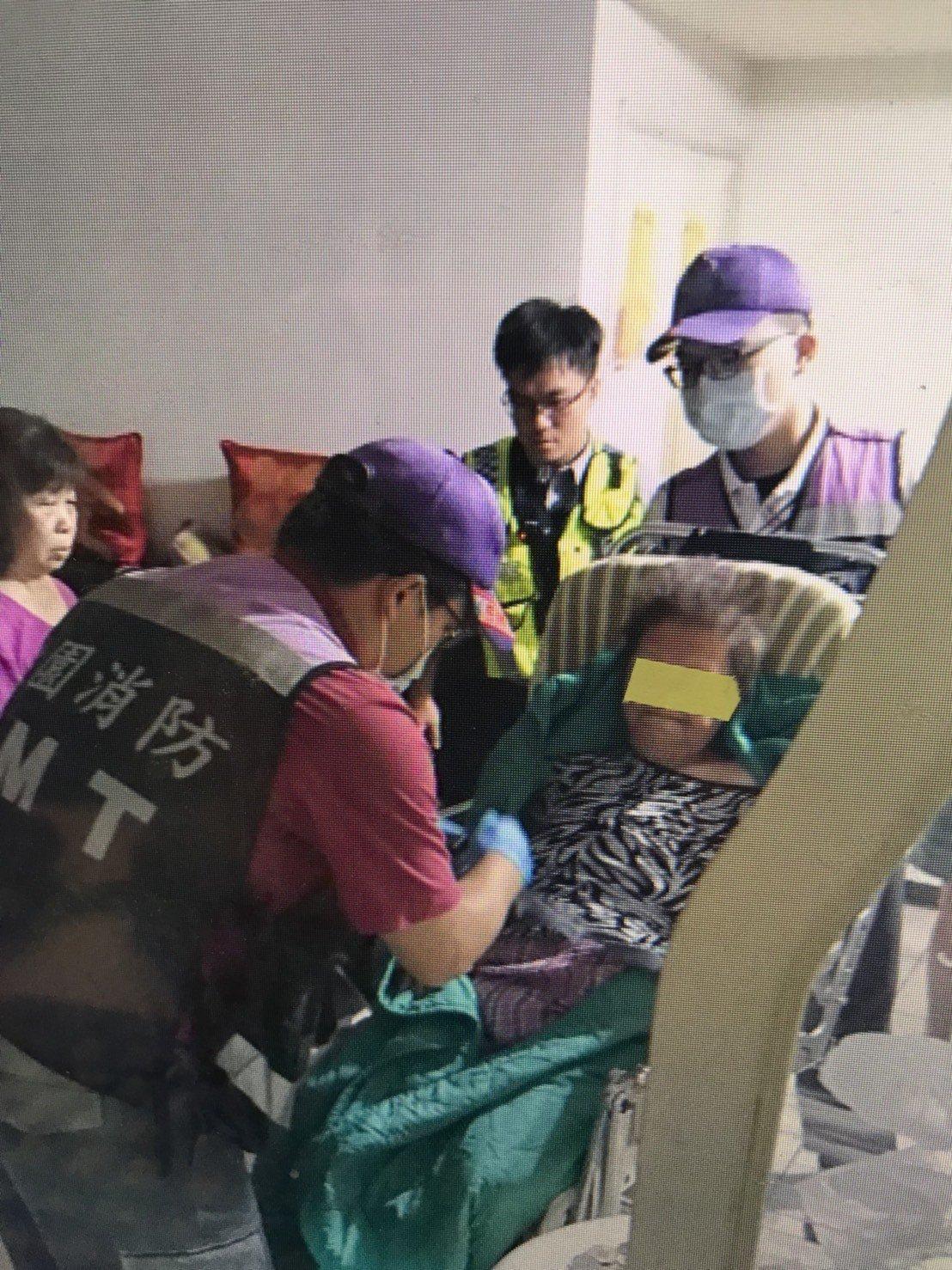 桃園市八德區一名79歲簡姓婦人行動不便,昨日下午在家時不小心從床上跌落,導致無法...