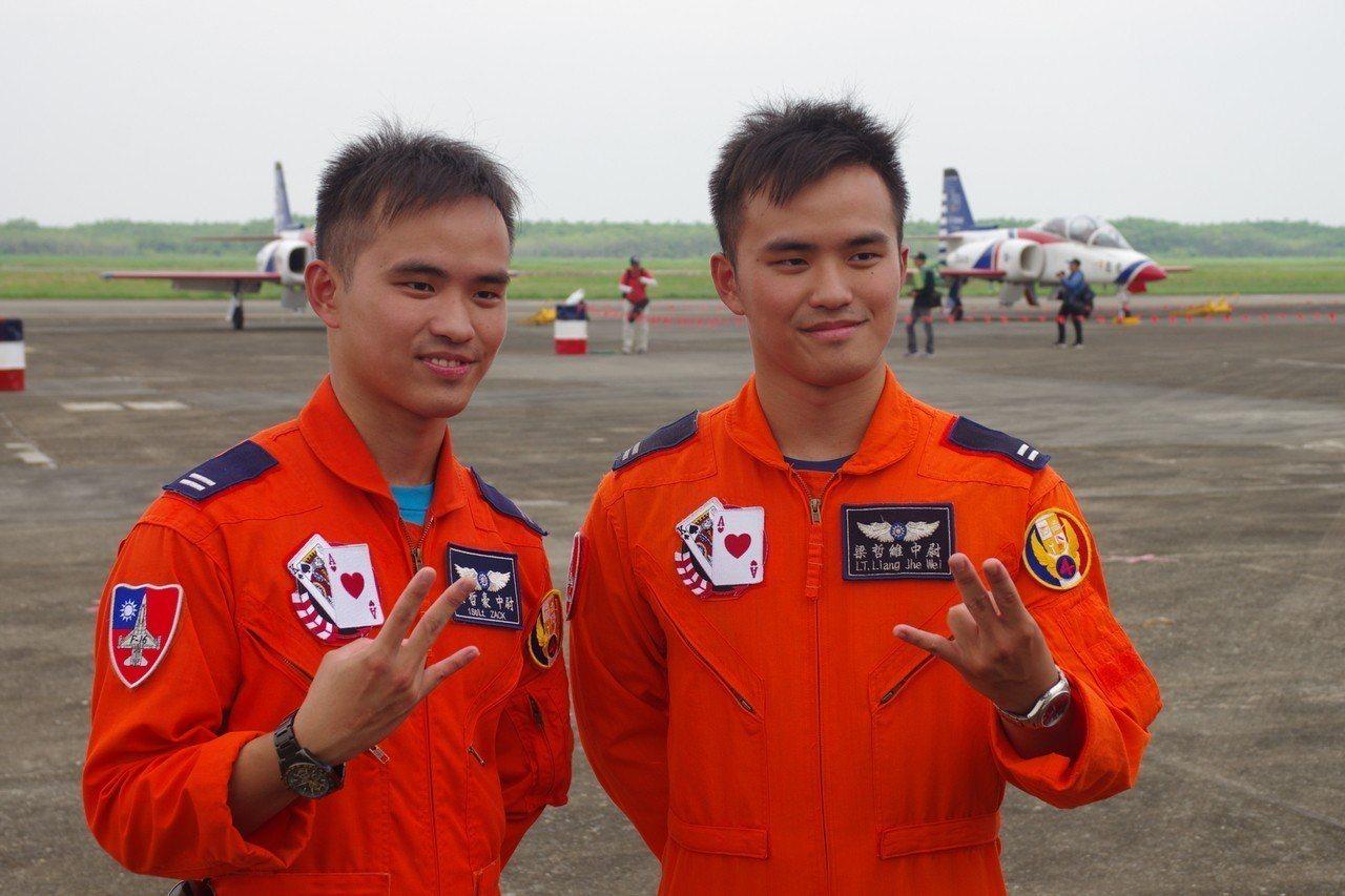 梁哲維(右)、梁哲豪(左)兄弟,目前都在進行F-16換裝訓練。記者余承翰/攝影