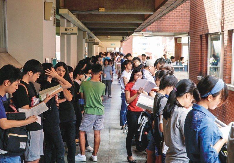 圖為107學年指定科目考試考試情況。 聯合報系資料照片/記者鄭超文攝影